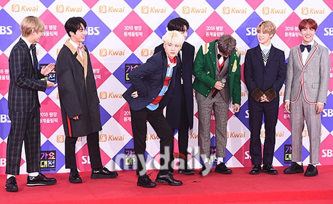 Sao Hàn đeo ruy băng màu đen trên thảm đỏ tưởng nhớ Jong Hyun - 12