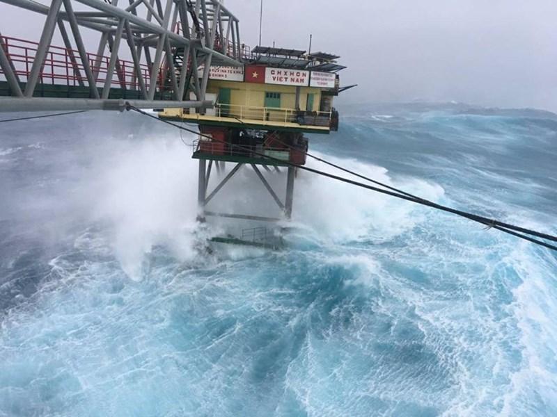 Chùm ảnh: Nhà giàn DK1 hiên ngang trước bão Tembin