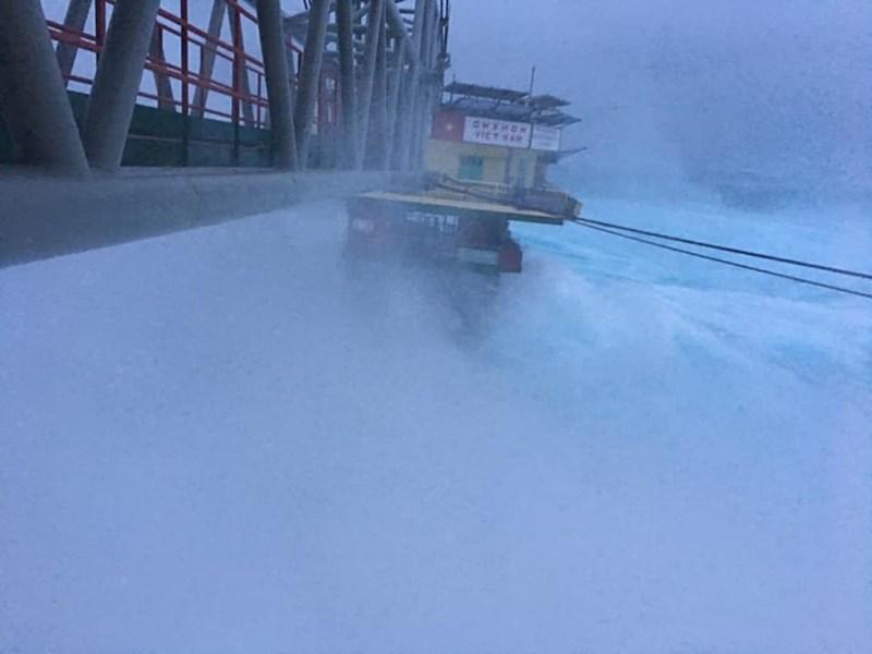 Chùm ảnh: Nhà giàn DK1 hiên ngang trước bão Tembin - 5