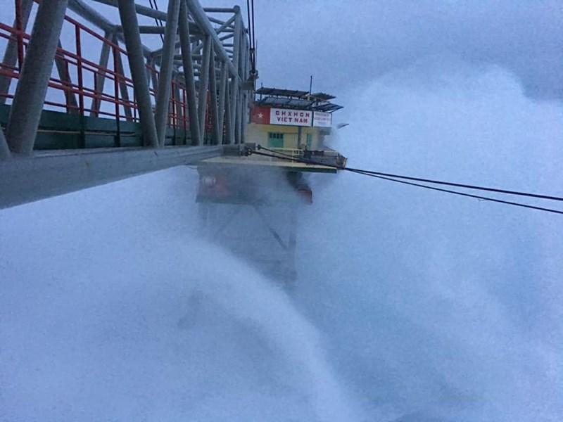 Chùm ảnh: Nhà giàn DK1 hiên ngang trước bão Tembin - 7