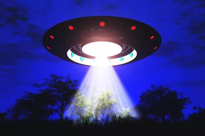 Ông trùm phim kinh dị thừa nhận đã từng tiếp xúc với UFO - 1