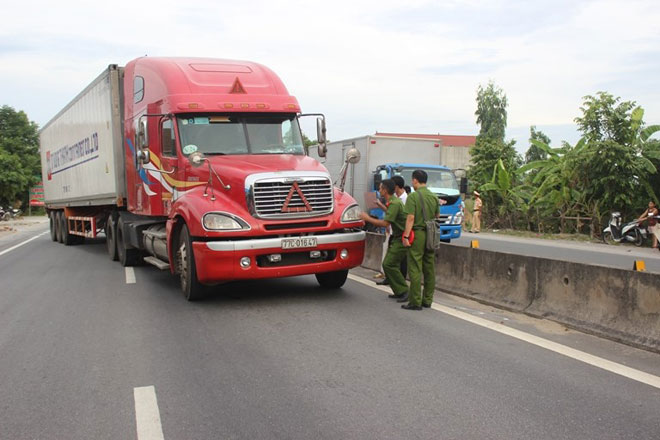 10 năm tù cho tài xế container hất văng CSGT xuống đường, suýt chết - 1