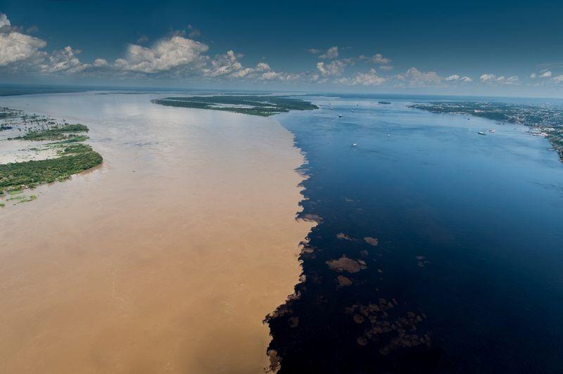 Bí ẩn dòng sông có hai màu nước không hòa lẫn
