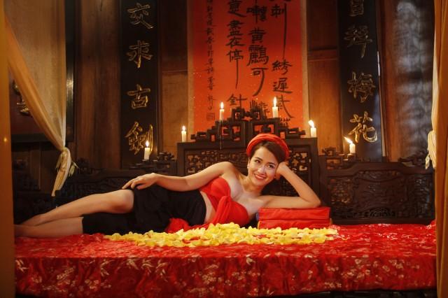 Nhìn lại loạt váy áo gợi cảm của mỹ nhân Việt diễn hài Tết - 1