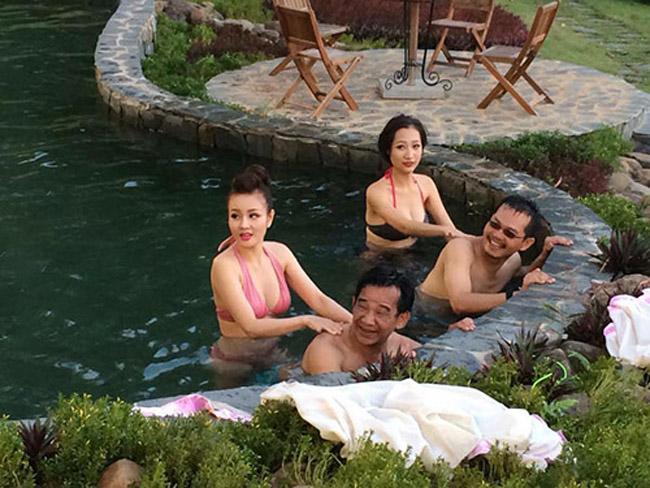 Nhìn lại loạt váy áo gợi cảm của mỹ nhân Việt diễn hài Tết - 10