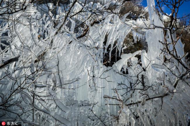 Ngắm thác băng nhân tạo đẹp mê hồn ở Trung Quốc - 4