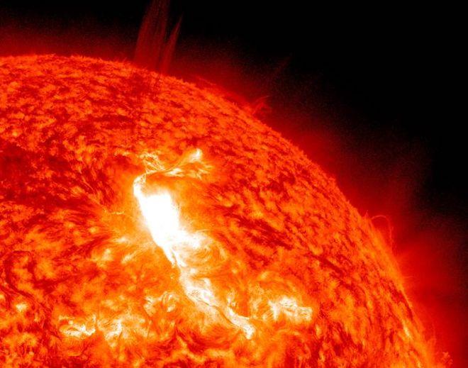 Một ngôi sao lớn gấp 350 lần Mặt Trời đang phình ra hàng trăm lần - 2