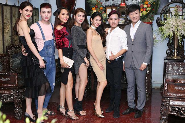 Trong nhóm bạn chơi chung, một người còn đảm nhận vai trò MC kết nối trong buổi tiệc xuất giá của Lâm Khánh Chi.