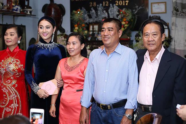 Người thân trong gia đình cùng chụp ảnh kỷ niệm và tặng Lâm Khánh Chi quà cưới