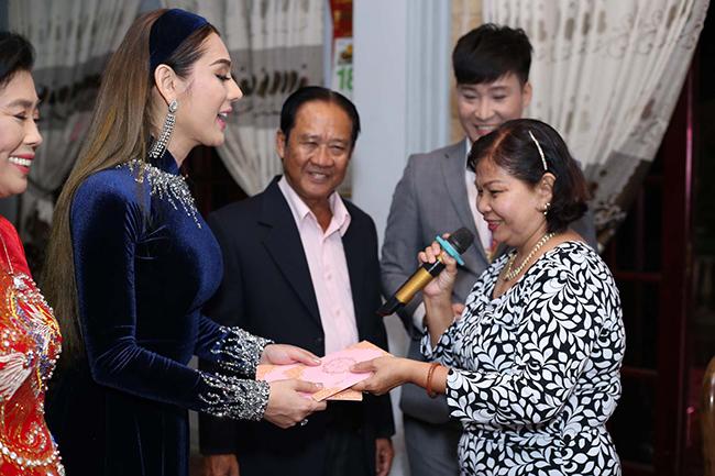 Sau lễ ăn hỏi tại nhà riêng, sáng 28.12, Lâm Khánh Chi sẽ được nhà trai sang làm lễrước dâu về Bà Rịa - Vũng Tàu. Ngày 11.01.2018, Lâm Khánh Chi tổ chứctiệc cưới tại một nhà hàng ở quận 4, TP.HCM.