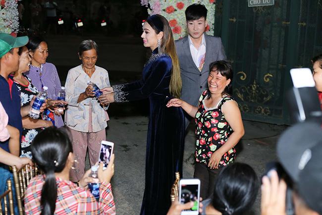 Lâm Khánh Chi ra tận nơi mời nước bà con hàng xóm. Đáp lại, cô nhận được nhiều lời chúc phúc chân thành.