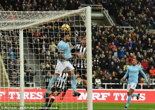 """Chi tiết Newcastle - Man City: Cú đánh đầu """"thót tim"""" (KT) 24"""