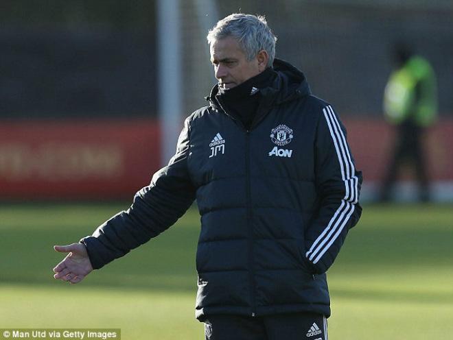 """MU: Mourinho buồn thiu, De Gea hóa """"ninja"""" trên sân tập 4"""