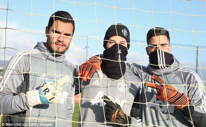 """MU: Mourinho buồn thiu, De Gea hóa """"ninja"""" trên sân tập 1"""