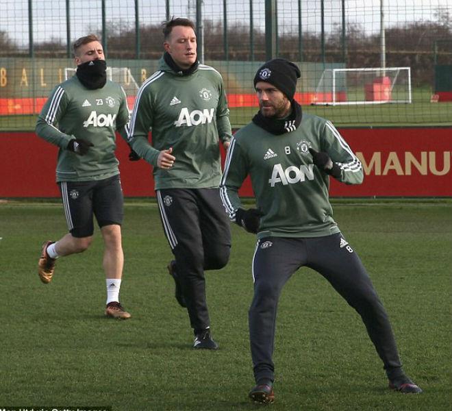 """MU: Mourinho buồn thiu, De Gea hóa """"ninja"""" trên sân tập 14"""