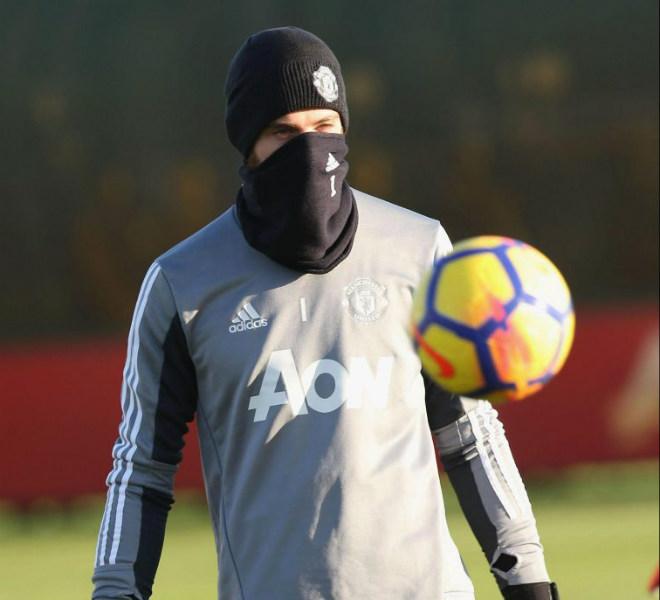 """MU: Mourinho buồn thiu, De Gea hóa """"ninja"""" trên sân tập 6"""