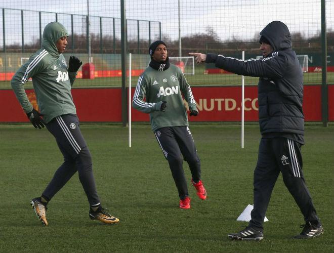 """MU: Mourinho buồn thiu, De Gea hóa """"ninja"""" trên sân tập 10"""