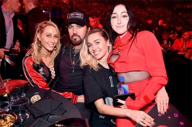 Gương mặt kì dị do thẩm mỹ quá tay của em gái Miley Cyrus - 10