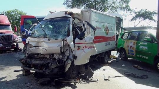 """Hiện trường vụ tai nạn xe đầu kéo """"lùa"""" 5 ô tô dừng đèn đỏ - 2"""