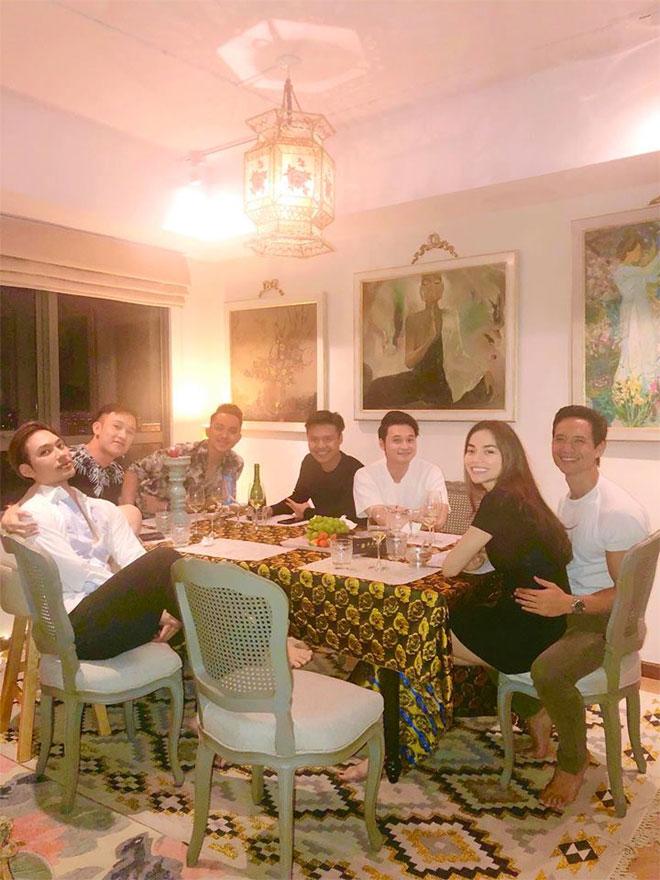 Hà Hồ ngồi trong lòng Kim Lý khi đến thăm nhà Lý Quý Khánh - 3