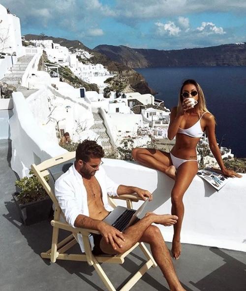 Cặp đôi kiếm bộn tiền chỉ nhờ du lịch và chụp gái xinh mặc bikini - 1