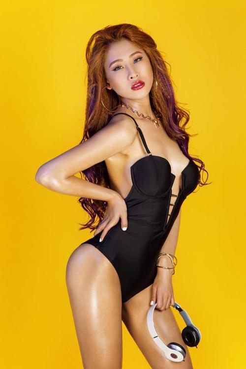 DJ chơi nhạc đêm giao thừa: Trang Moon chạy bộ đi diễn, Oxy bị khán giả chặn đường - 2