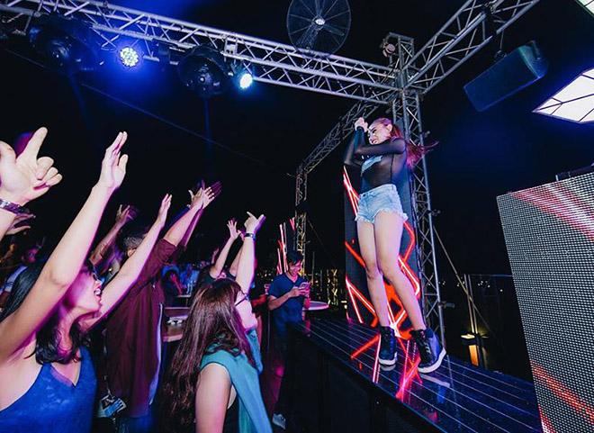 DJ chơi nhạc đêm giao thừa: Trang Moon chạy bộ đi diễn, Oxy bị khán giả chặn đường - 7
