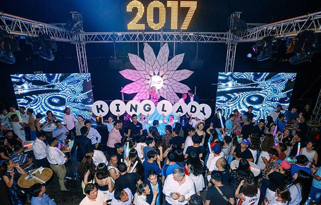 DJ chơi nhạc đêm giao thừa: Trang Moon chạy bộ đi diễn, Oxy bị khán giả chặn đường - 6
