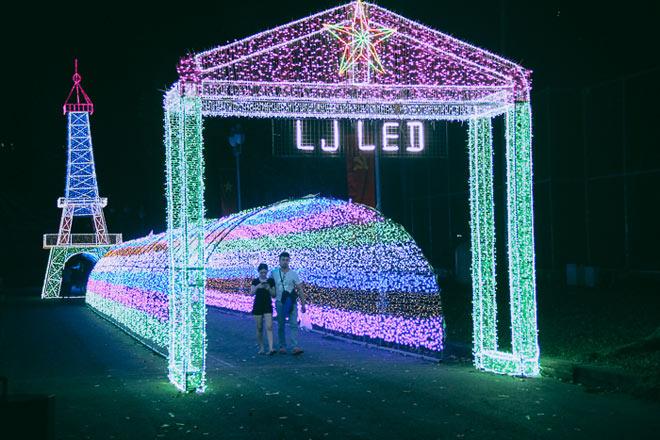 """9.999 đóa hồng bằng đèn led """"khoe sắc"""" tại sở thú ở Sài Gòn"""