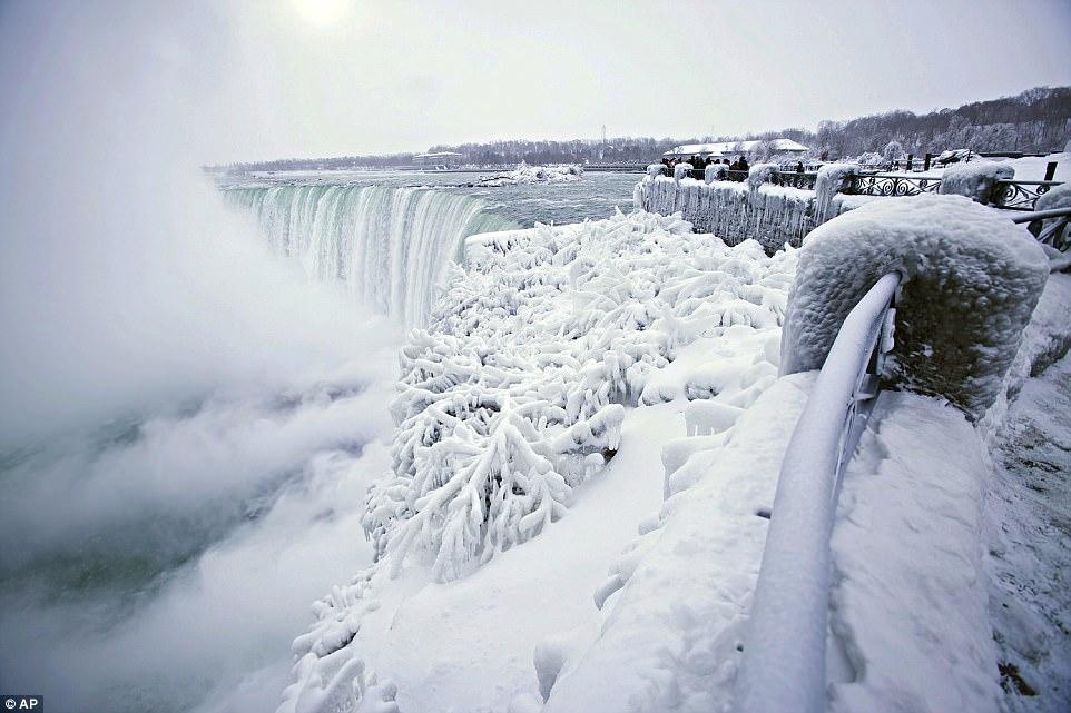 Đón năm mới ở dưới thác nước đóng băng lạnh âm 89 độ C