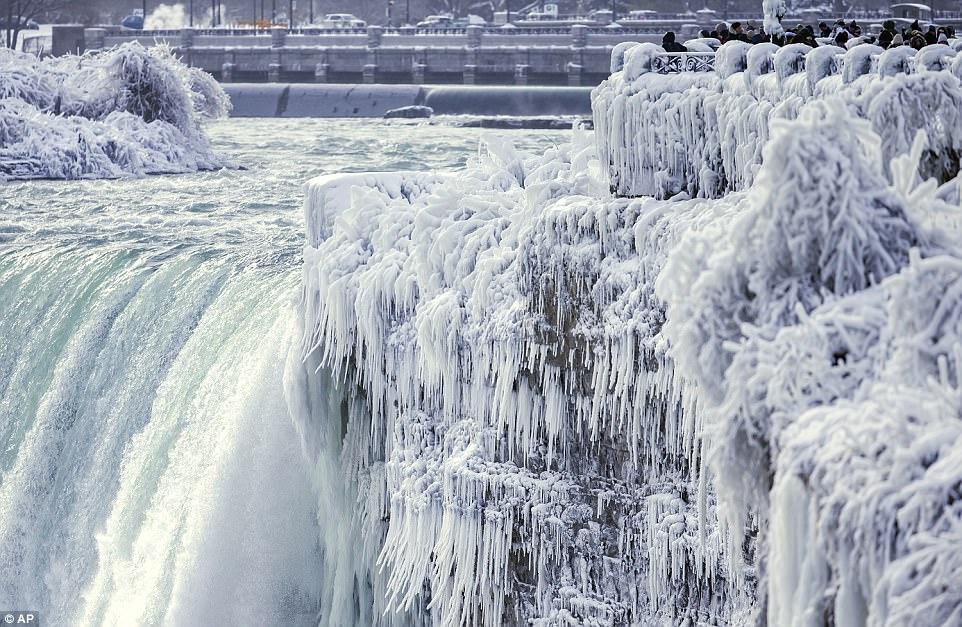 Đón năm mới ở dưới thác nước đóng băng lạnh âm 89 độ C - 2