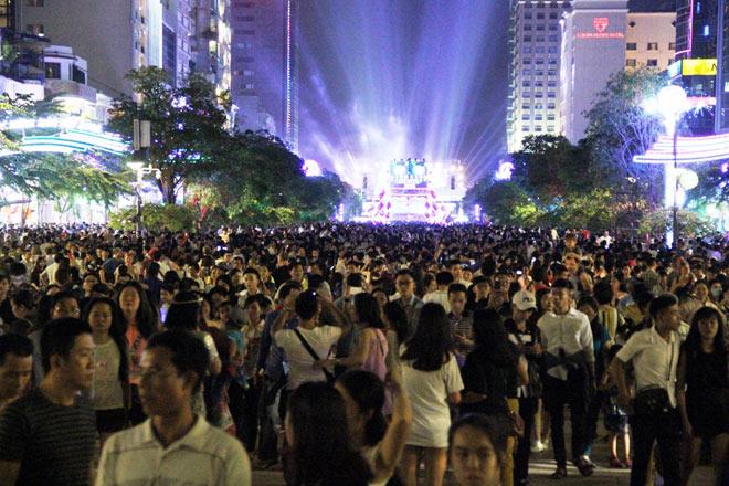Biển người như nêm chờ thời khắc pháo hoa khai hoả chào năm mới 2018 ở Sài Gòn