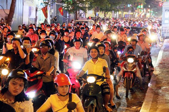 Biển người như nêm chờ thời khắc pháo hoa khai hỏa chào năm mới 2018 ở Sài Gòn - 5