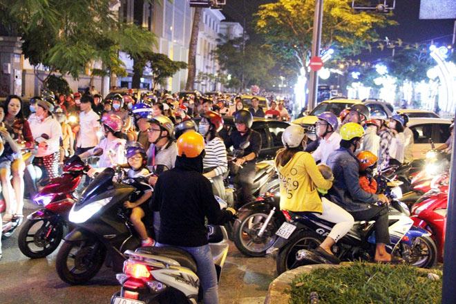 Biển người như nêm chờ thời khắc pháo hoa khai hỏa chào năm mới 2018 ở Sài Gòn - 6