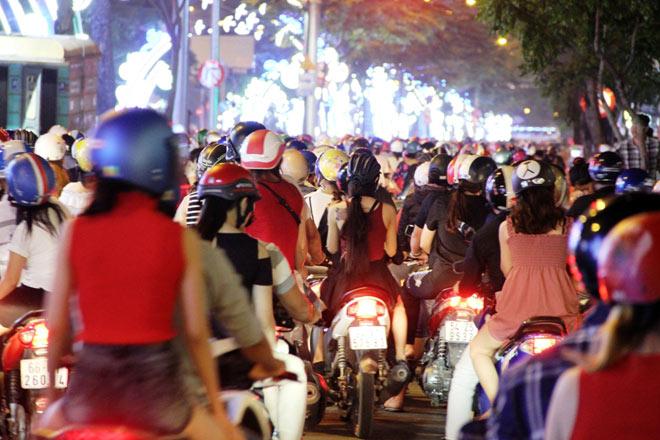 Biển người như nêm chờ thời khắc pháo hoa khai hỏa chào năm mới 2018 ở Sài Gòn - 8