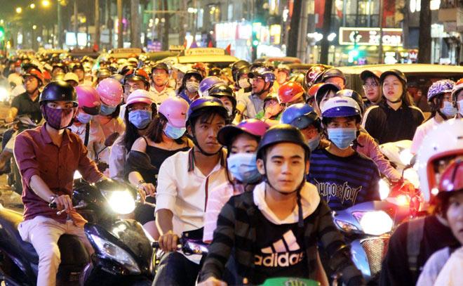 Biển người như nêm chờ thời khắc pháo hoa khai hỏa chào năm mới 2018 ở Sài Gòn - 3