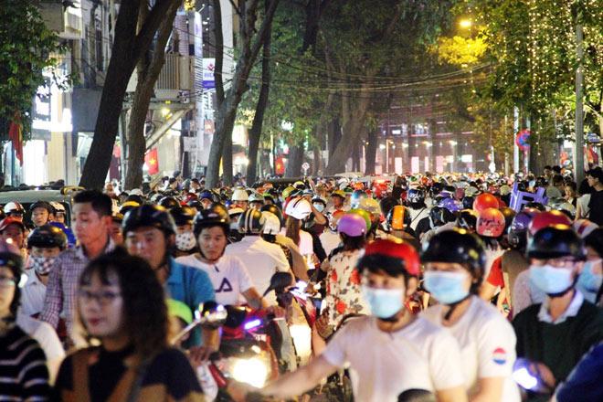 Biển người như nêm chờ thời khắc pháo hoa khai hỏa chào năm mới 2018 ở Sài Gòn - 7