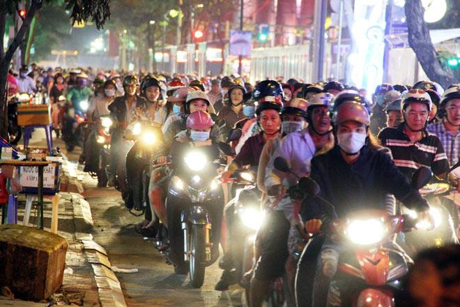 Biển người như nêm chờ thời khắc pháo hoa khai hỏa chào năm mới 2018 ở Sài Gòn - 4