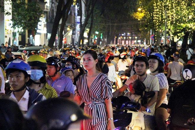 Biển người như nêm chờ thời khắc pháo hoa khai hỏa chào năm mới 2018 ở Sài Gòn - 10