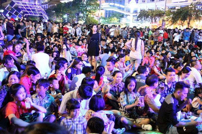 Biển người như nêm chờ thời khắc pháo hoa khai hỏa chào năm mới 2018 ở Sài Gòn - 13