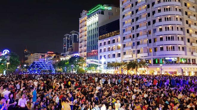 Biển người như nêm chờ thời khắc pháo hoa khai hỏa chào năm mới 2018 ở Sài Gòn - 14