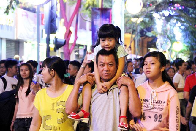 Biển người như nêm chờ thời khắc pháo hoa khai hỏa chào năm mới 2018 ở Sài Gòn - 11