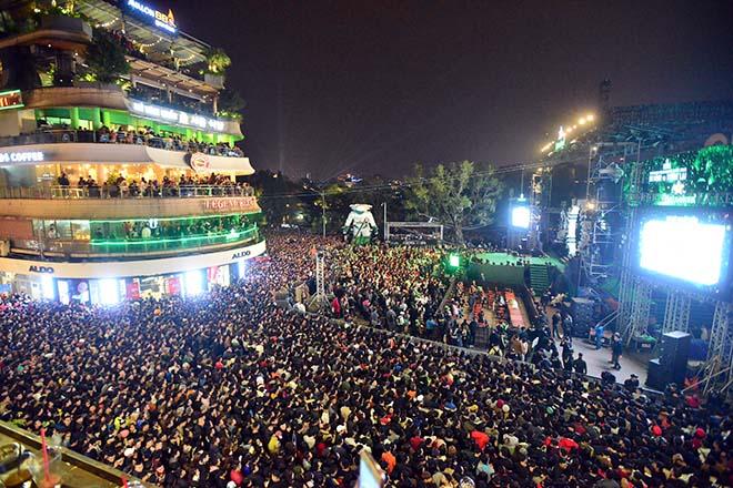 Hà Nội không bắn pháo hoa, các ngả đường trung tâm vẫn đông nghẹt đêm Giao thừa