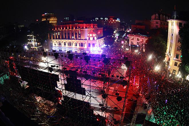 Nghẹt thở dòng người đổ về trung tâm Thủ đô chờ đếm ngược đón năm mới - 2
