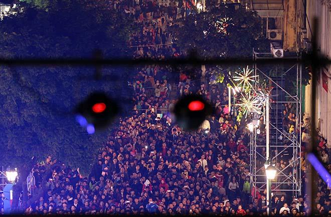 Nghẹt thở dòng người đổ về trung tâm Thủ đô chờ đếm ngược đón năm mới - 5