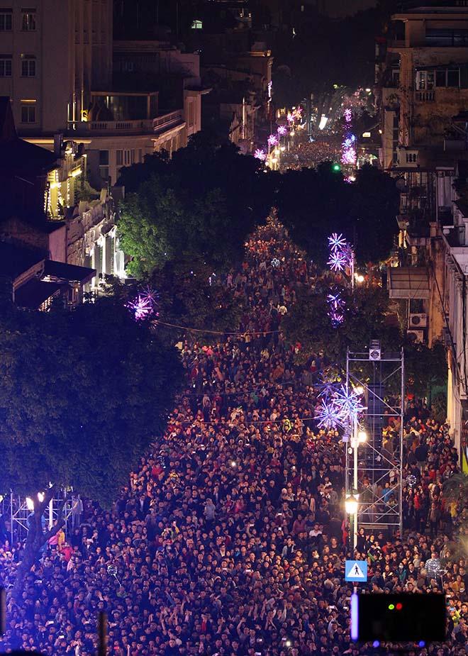 Nghẹt thở dòng người đổ về trung tâm Thủ đô chờ đếm ngược đón năm mới - 3