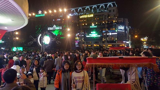 Nghẹt thở dòng người đổ về trung tâm Thủ đô chờ đếm ngược đón năm mới - 6