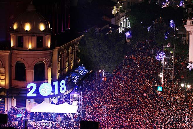 Nghẹt thở dòng người đổ về trung tâm Thủ đô chờ đếm ngược đón năm mới - 7