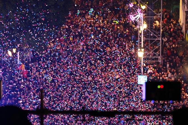 Nghẹt thở dòng người đổ về trung tâm Thủ đô chờ đếm ngược đón năm mới - 8