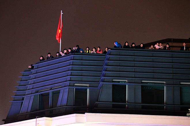 Nghẹt thở dòng người đổ về trung tâm Thủ đô chờ đếm ngược đón năm mới - 10